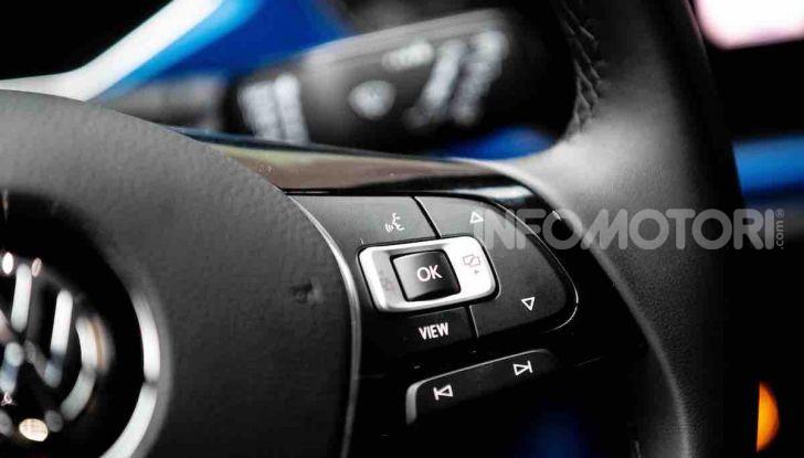 Volkswagen T-Roc 1.6 da 115CV: prova in notturna a Milano - Foto 43 di 45