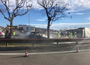 Auto prende fuoco alla colonnina di ricarica elettrica - Foto 1 di 6