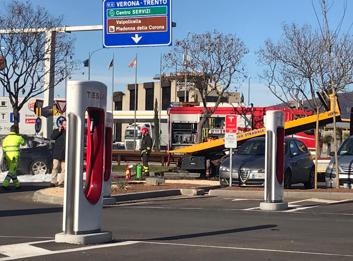 Auto prende fuoco alla colonnina di ricarica elettrica - Foto 3 di 6