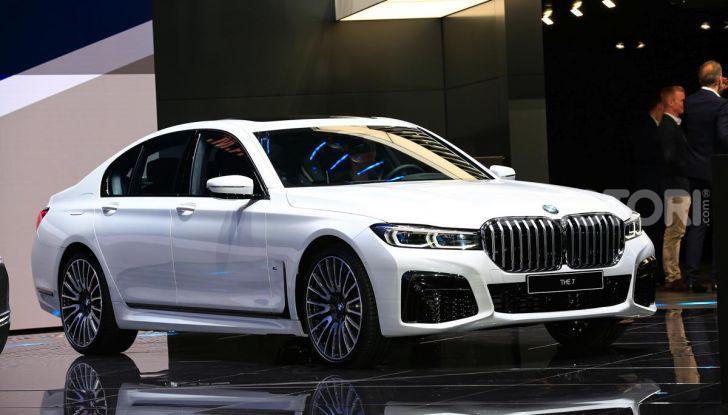 Nuova BMW Serie 7 2019: un restyling imperioso per l'ammiraglia tedesca - Foto 2 di 43