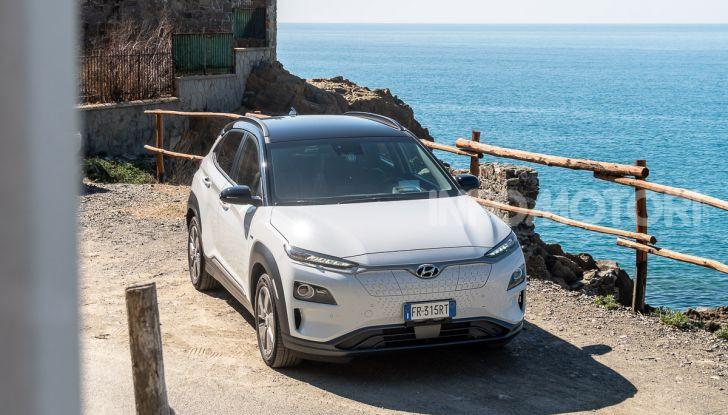 Prova su strada Hyundai Kona Electric, il B-SUV elettrico a prova di vacanza - Foto 2 di 46