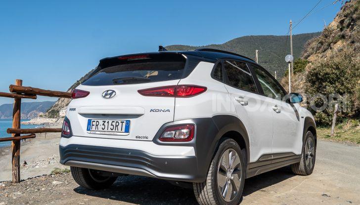 Prova su strada Hyundai Kona Electric, il B-SUV elettrico a prova di vacanza - Foto 7 di 46