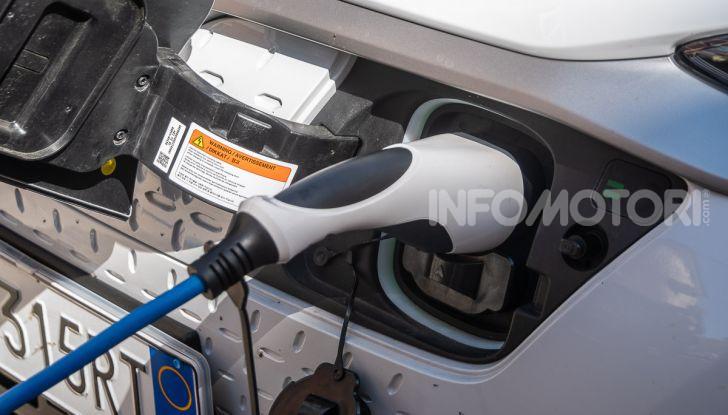 Prova su strada Hyundai Kona Electric, il B-SUV elettrico a prova di vacanza - Foto 11 di 46