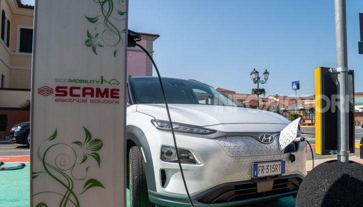Prova su strada Hyundai Kona Electric, il B-SUV elettrico a prova di vacanza - Foto 14 di 46
