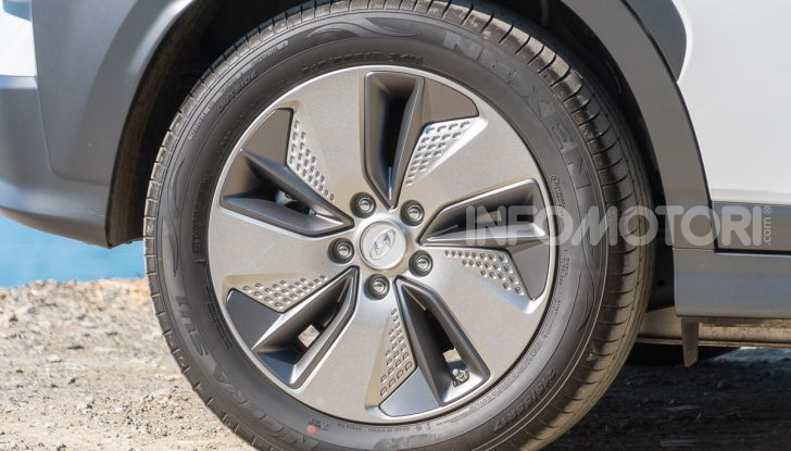 Prova su strada Hyundai Kona Electric, il B-SUV elettrico a prova di vacanza - Foto 18 di 46