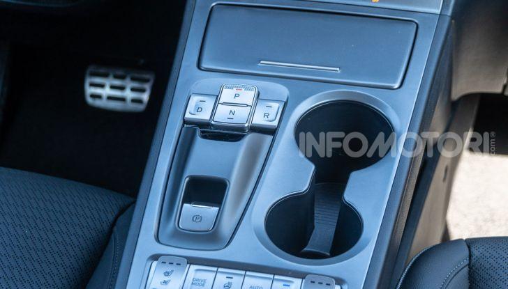 Prova su strada Hyundai Kona Electric, il B-SUV elettrico a prova di vacanza - Foto 37 di 46