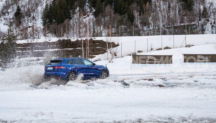 Jaguar F-Pace si fa in due: ecco le versioni 300 Sport e Chequered Flag - Foto 12 di 32