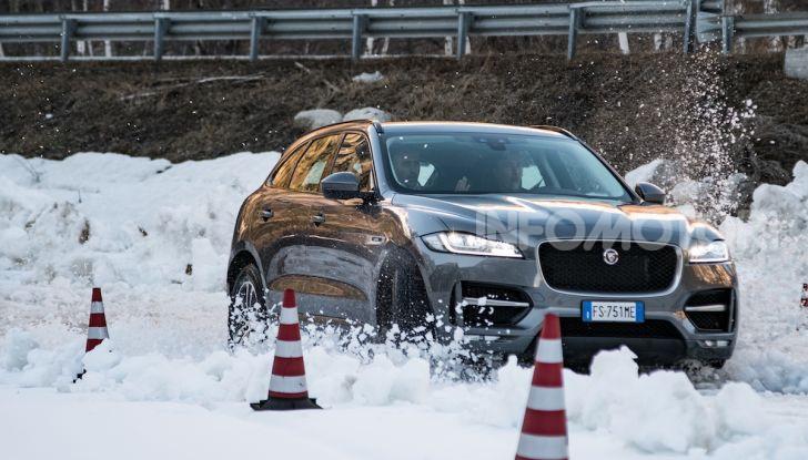 Jaguar F-Pace si fa in due: ecco le versioni 300 Sport e Chequered Flag - Foto 9 di 32