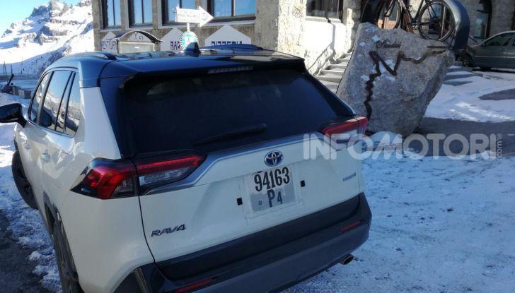 Prova Toyota RAV4 2019 Full Hybrid: sfida al limite tra i passi di montagna - Foto 9 di 12