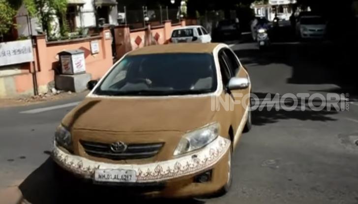 India, ricopre la sua auto di sterco per risparmiare sull'aria condizionata - Foto 2 di 6