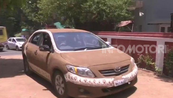 India, ricopre la sua auto di sterco per risparmiare sull'aria condizionata - Foto 5 di 6