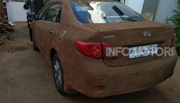India, ricopre la sua auto di sterco per risparmiare sull'aria condizionata - Foto 6 di 6