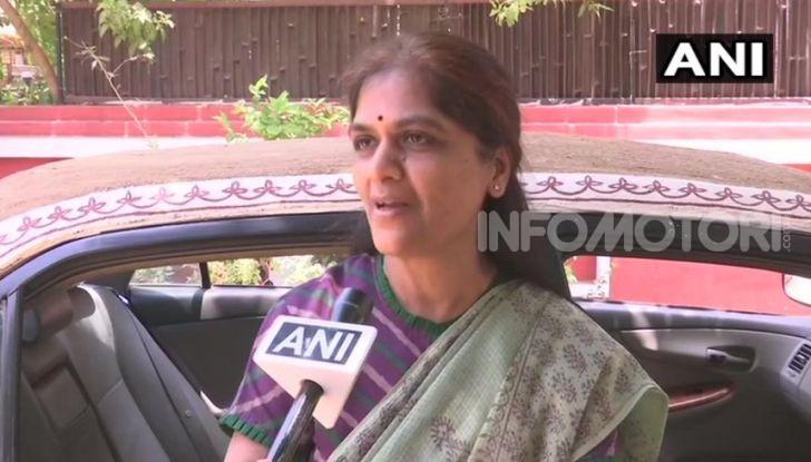 India, ricopre la sua auto di sterco per risparmiare sull'aria condizionata - Foto 4 di 6