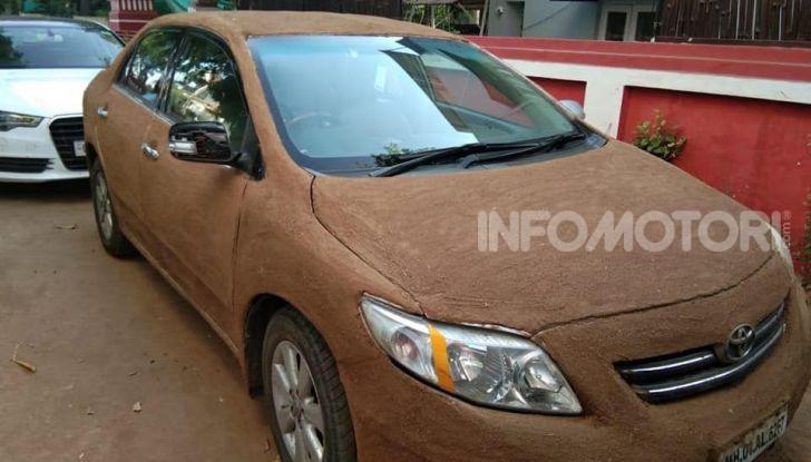 India, ricopre la sua auto di sterco per risparmiare sull'aria condizionata - Foto 1 di 6