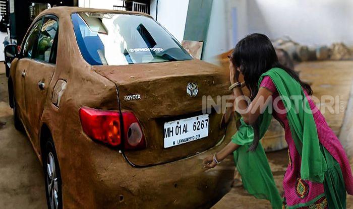 India, ricopre la sua auto di sterco per risparmiare sull'aria condizionata - Foto 3 di 6