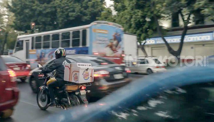 """Burger King lancia le consegne a chi è bloccato nel traffico con """"Traffic Jam Whopper"""" - Foto 6 di 12"""
