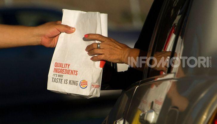 """Burger King lancia le consegne a chi è bloccato nel traffico con """"Traffic Jam Whopper"""" - Foto 8 di 12"""