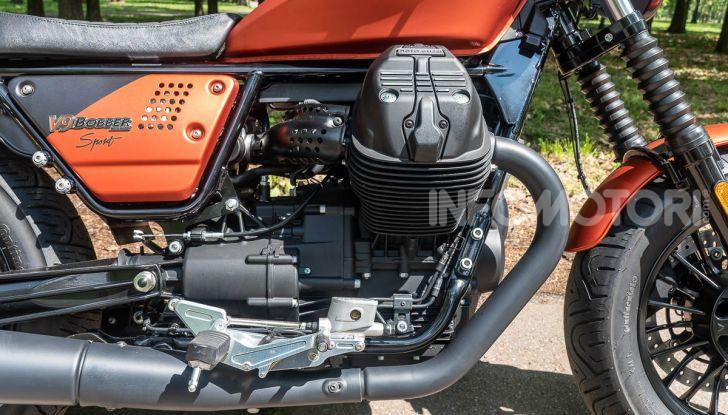 Prova su strada Moto Guzzi V9 Bobber Sport, quando l'estetica si unisce alla sostanza - Foto 7 di 48