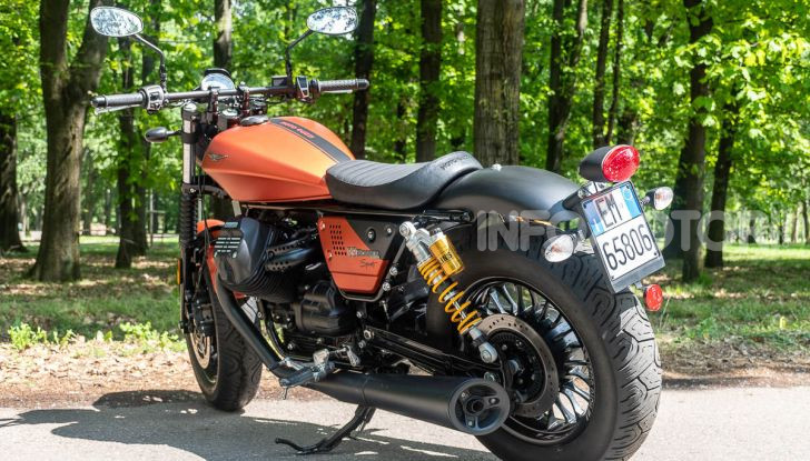 Prova su strada Moto Guzzi V9 Bobber Sport, quando l'estetica si unisce alla sostanza - Foto 20 di 48