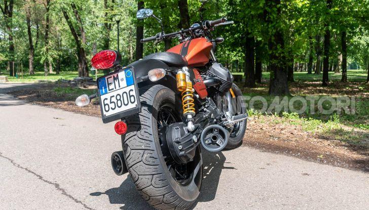 Prova su strada Moto Guzzi V9 Bobber Sport, quando l'estetica si unisce alla sostanza - Foto 21 di 48