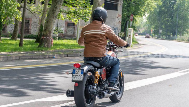 Prova su strada Moto Guzzi V9 Bobber Sport, quando l'estetica si unisce alla sostanza - Foto 47 di 48