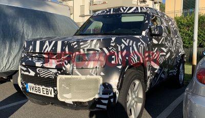 Nuovo Land Rover Defender 2020: in Italia i primi muletti, ecco le spy photo in esclusiva