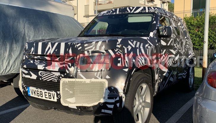 Nuovo Land Rover Defender 2020: in Italia i primi muletti, ecco le spy photo in esclusiva - Foto 1 di 12