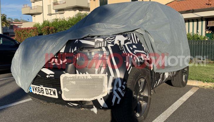 Nuovo Land Rover Defender 2020: in Italia i primi muletti, ecco le spy photo in esclusiva - Foto 3 di 12