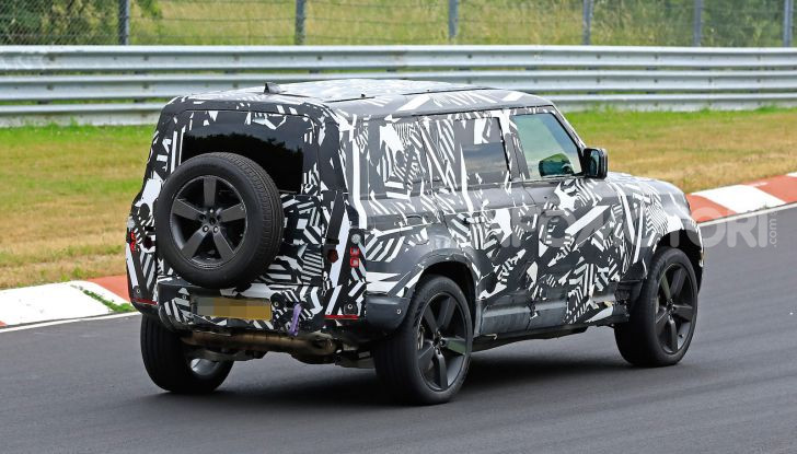 Nuovo Land Rover Defender 2020: le spy photo in pista e su strada - Foto 6 di 24