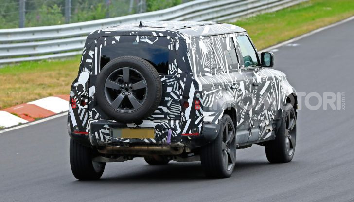 Nuovo Land Rover Defender 2020: le spy photo in pista e su strada - Foto 10 di 24
