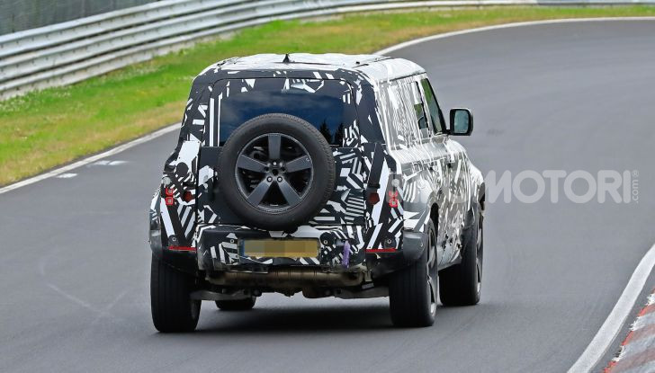 Nuovo Land Rover Defender 2020: le spy photo in pista e su strada - Foto 3 di 24