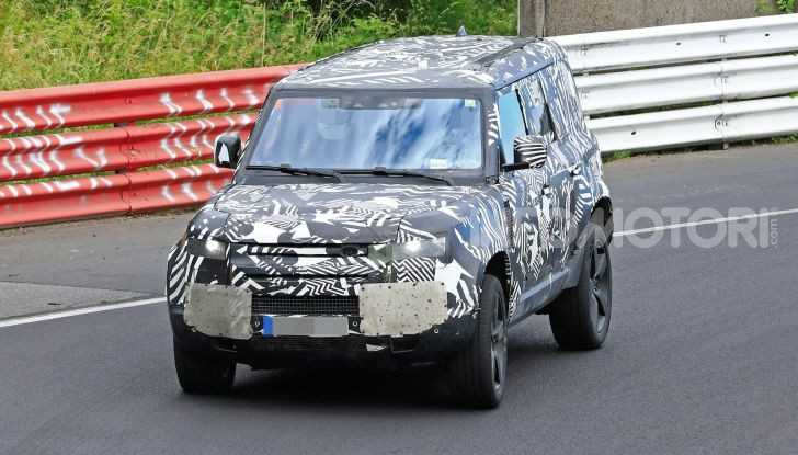 Nuovo Land Rover Defender 2020: le spy photo in pista e su strada - Foto 12 di 24