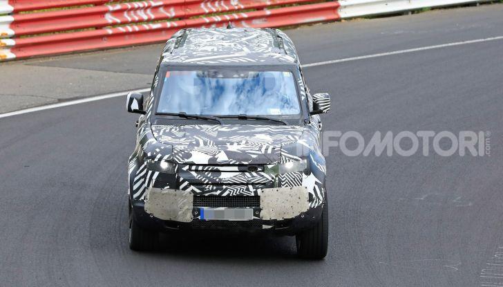 Nuovo Land Rover Defender 2020: le spy photo in pista e su strada - Foto 9 di 24