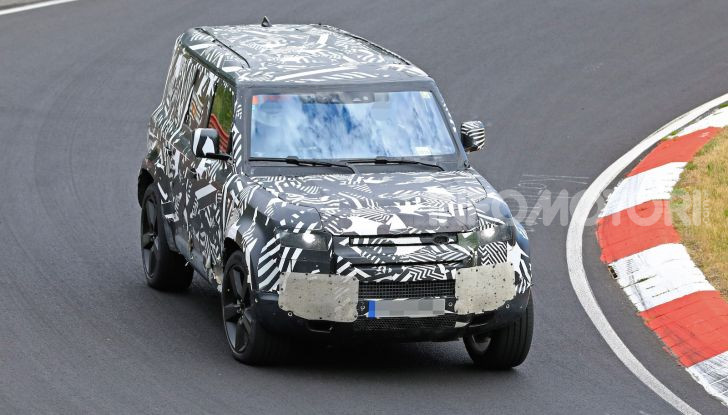Nuovo Land Rover Defender 2020: le spy photo in pista e su strada - Foto 7 di 24