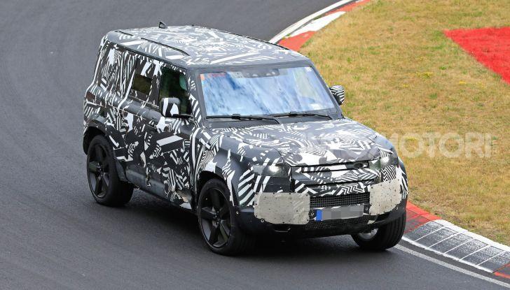 Nuovo Land Rover Defender 2020: le spy photo in pista e su strada - Foto 5 di 24
