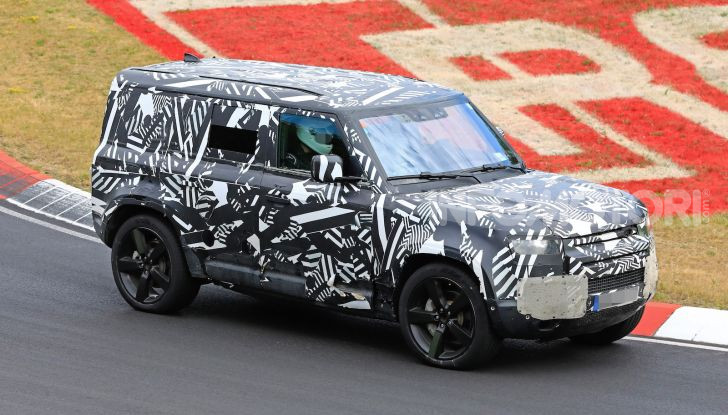 Nuovo Land Rover Defender 2020: le spy photo in pista e su strada - Foto 1 di 24