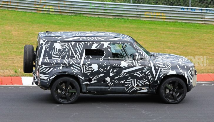 Nuovo Land Rover Defender 2020: le spy photo in pista e su strada - Foto 4 di 24