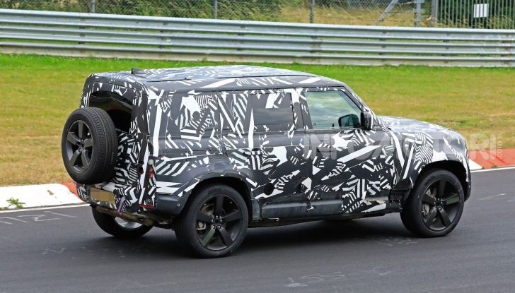 Nuovo Land Rover Defender 2020: le spy photo in pista e su strada - Foto 8 di 24