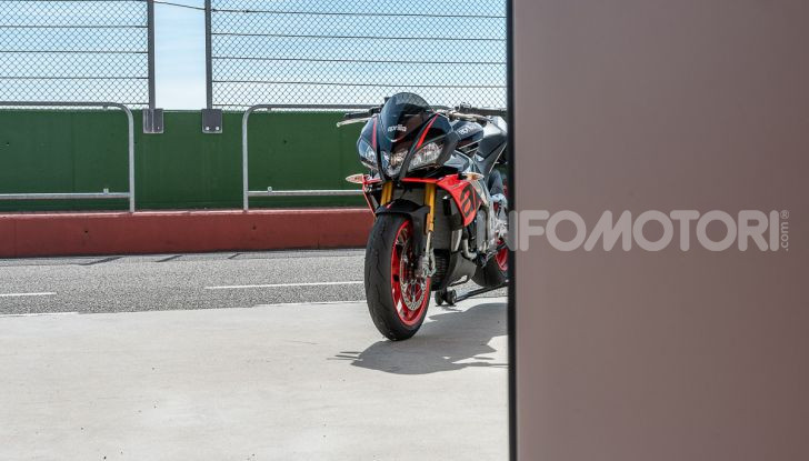 [VIDEO] Test in pista Aprilia Tuono V4 1100 Factory: potente, raffinata ed efficace - Foto 7 di 52