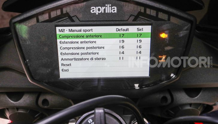 [VIDEO] Test in pista Aprilia Tuono V4 1100 Factory: potente, raffinata ed efficace - Foto 50 di 52