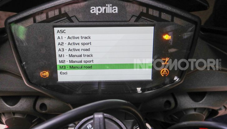 [VIDEO] Test in pista Aprilia Tuono V4 1100 Factory: potente, raffinata ed efficace - Foto 51 di 52