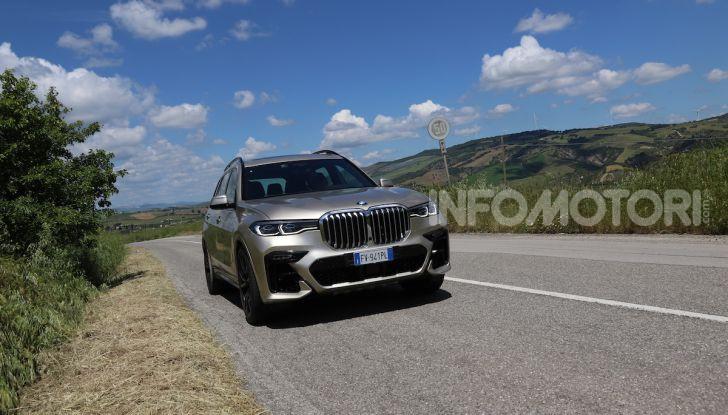 BMW X7 prova su strada del SUV ammiraglia da 94.900 euro - Foto 9 di 25
