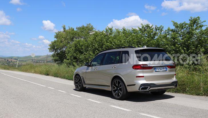 BMW X7 prova su strada del SUV ammiraglia da 94.900 euro - Foto 12 di 25