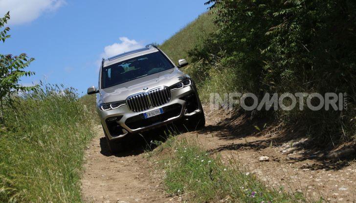 BMW X7 prova su strada del SUV ammiraglia da 94.900 euro - Foto 18 di 25