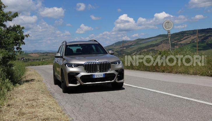 BMW X7 prova su strada del SUV ammiraglia da 94.900 euro - Foto 5 di 25