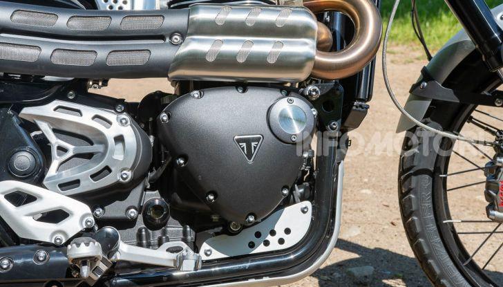 Prova Triumph Scrambler 1200 XC: modern classic dallo stile inconfondibile - Foto 10 di 48