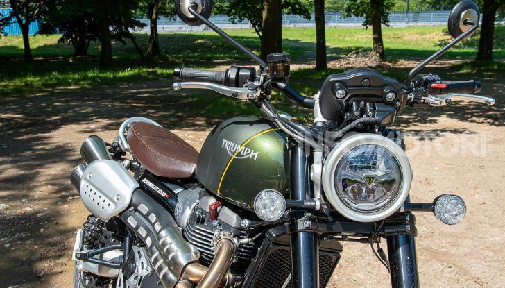 Prova Triumph Scrambler 1200 XC: modern classic dallo stile inconfondibile - Foto 11 di 48