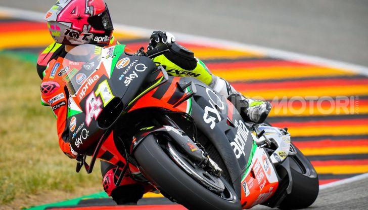 MotoGP 2019 GP di Germania: Marquez sale in cattedra e centra la pole position al Sachsenring. Fuori dai primi dieci Rossi e le Ducati ufficiali - Foto 11 di 12