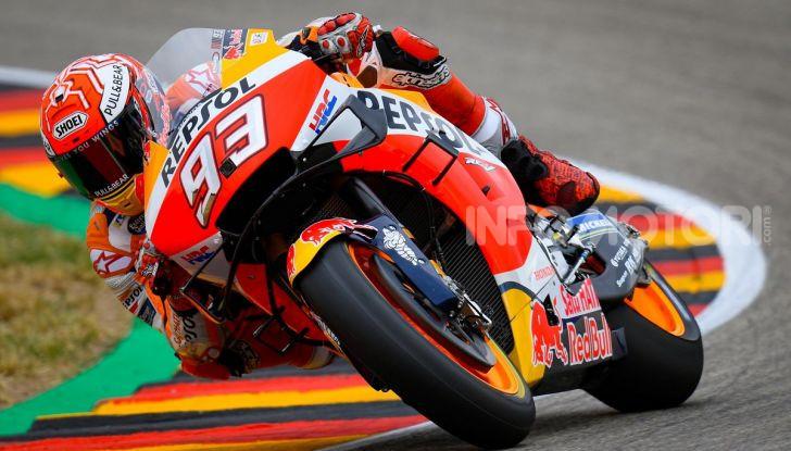 MotoGP 2019 GP di Germania: Marquez sale in cattedra e centra la pole position al Sachsenring. Fuori dai primi dieci Rossi e le Ducati ufficiali - Foto 1 di 12