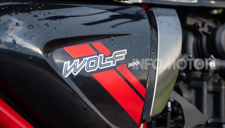 Prova su strada Sym Wolf Cafè Racer 300, per tutti e con stile - Foto 5 di 26